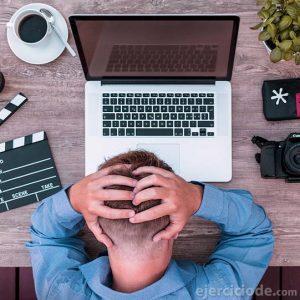 Persona frustada frente a la computadora
