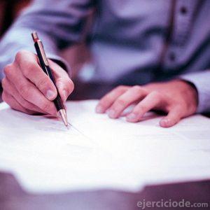 Persona escribiendo una carta