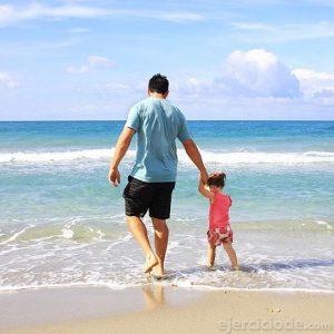 Padre de familial con su hija en la playa