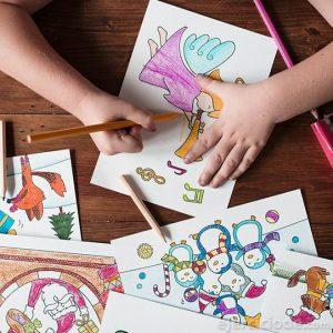 Niño coloreando con lápices de madera