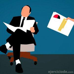 Persona recibiendo algunos documentos