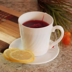 Bebida de color rojo que toma caliente