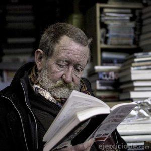Persona leyendo poesía