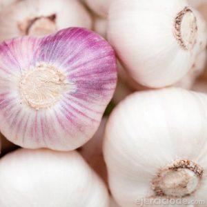 Ajos apilados de color blanco