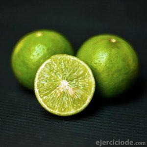 Limones verdes ricos en vitamina C