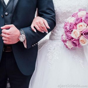 Pareja contrayendo matrimonio