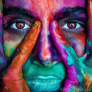 Persona con múltiples colores en us rostro