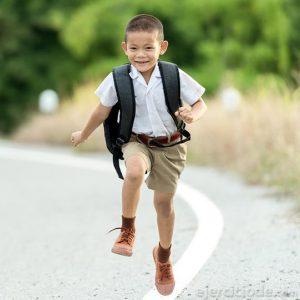 Infante regresando del colegio