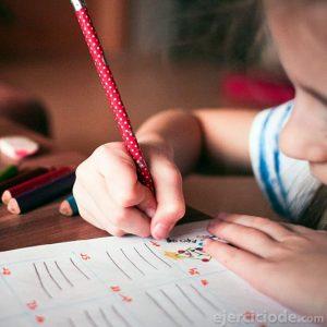 Infante estudiando mucho