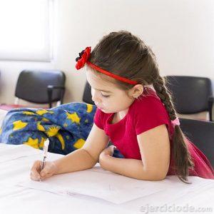 Niña escribiendo en su cuaderno