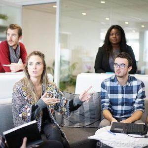 Personas hablando en la sala de juntas