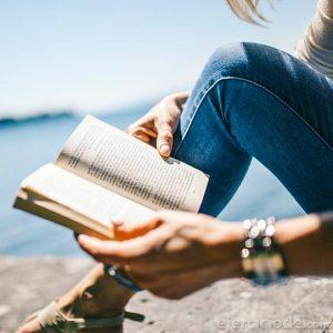 Persona leyendo un libro