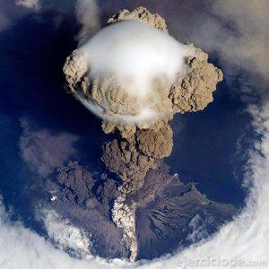 Erupción de un volcán en vista superior